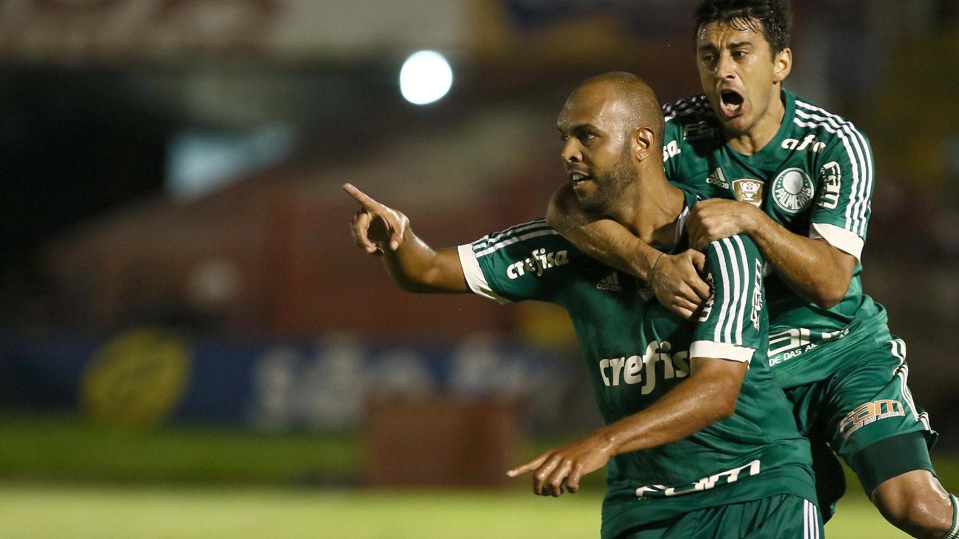 Alecsandro comemora com Robinho após marcar para o Palmeiras, em partida contra o Botafogo-SP, neste domingo (31), pelo Campeonato Paulista