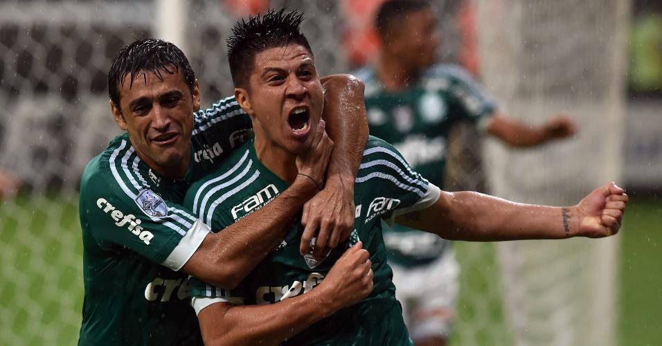 Cristaldo e Robinho comemoram o gol do argentino na partida do Palmeiras contra o Rosario