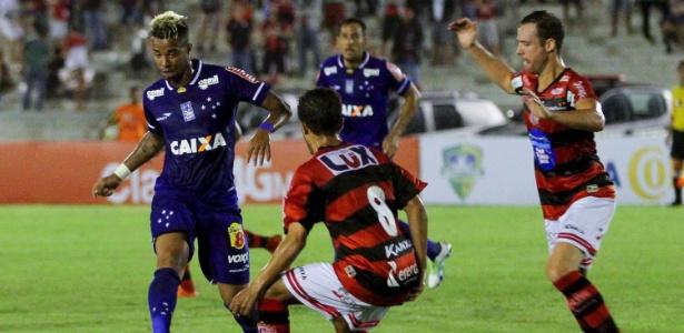 Com a expulsão de Léo, Rafael Silva precisou ser sacrificado no início do 2º tempo
