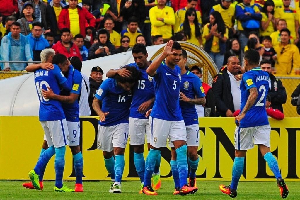 Jogadores da seleção comemoram gol contra o Equador pelas Eliminatórias da Copa