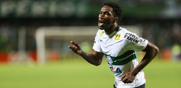 Negueba comemora após marcar gol contra o Atlético-PR, pelo Brasileiro 2015