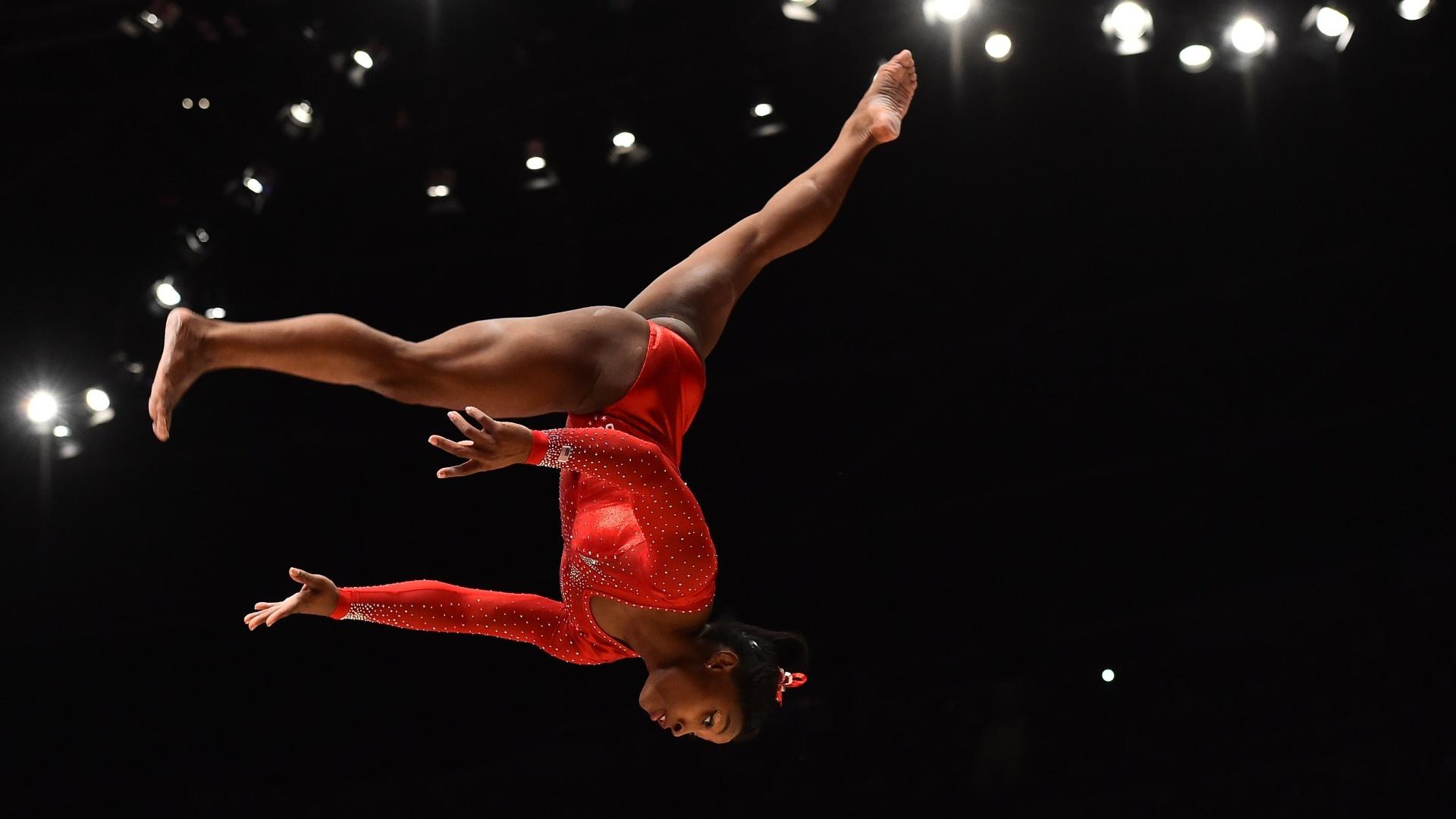 Simone Biles executa um mortal na trave durante a final individual geral do Mundial de ginástica