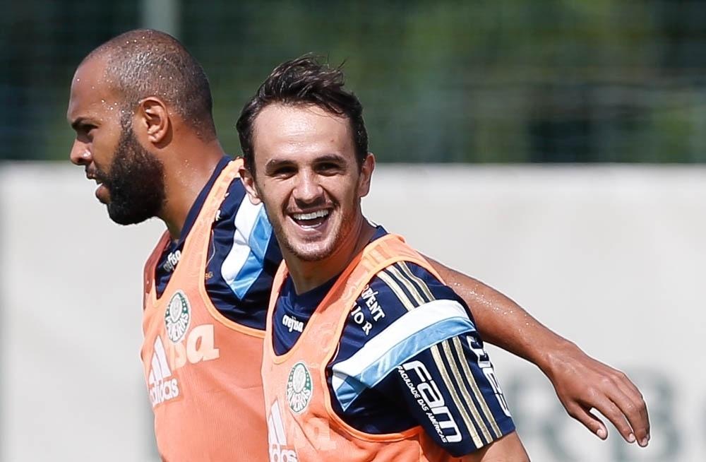 Lateral direito Lucas sorri durante treino do Palmeiras em Atibaia