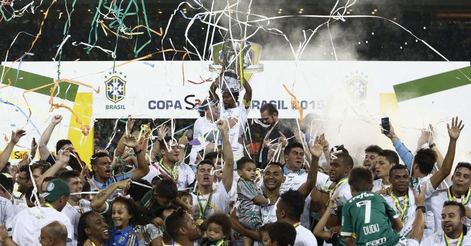 Zé Roberto levanta taça de campeão da Copa do Brasil pelo Palmeiras conquistada em cima do Santos