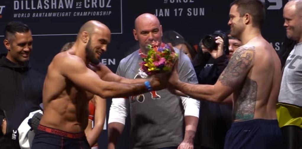 Lutador dá flores para adversário após pesagem do UFC