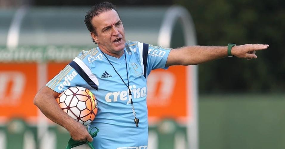 Cuca orienta os jogadores do Palmeiras em treino na Academia de Futebol