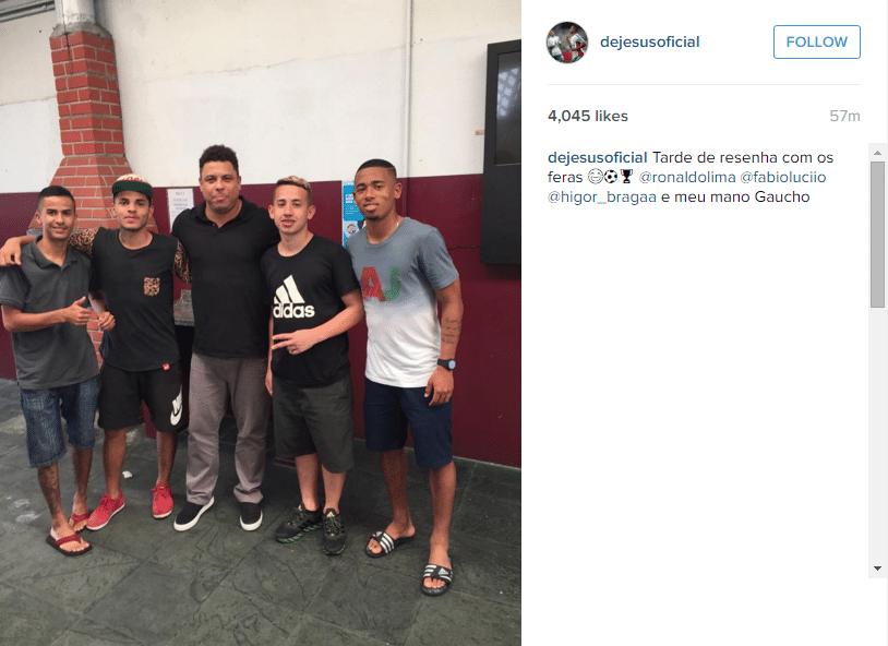 Gabriel Jesus, de bermuda e chinelo, encontra Ronaldo Fenômeno e amigos em