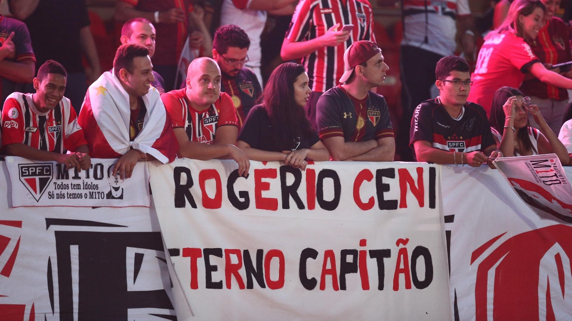 Dentro do Morumbi, torcida, com faixa, faz homenagem a Rogério Ceni, no dia da despedida do goleiro