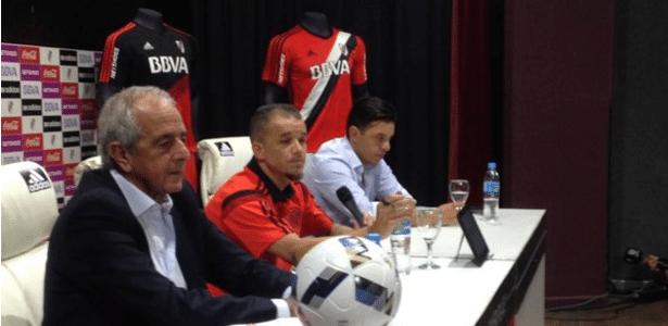 O jogador posou ao lado do técnico Marcelo Gallardo e do presidente do clube