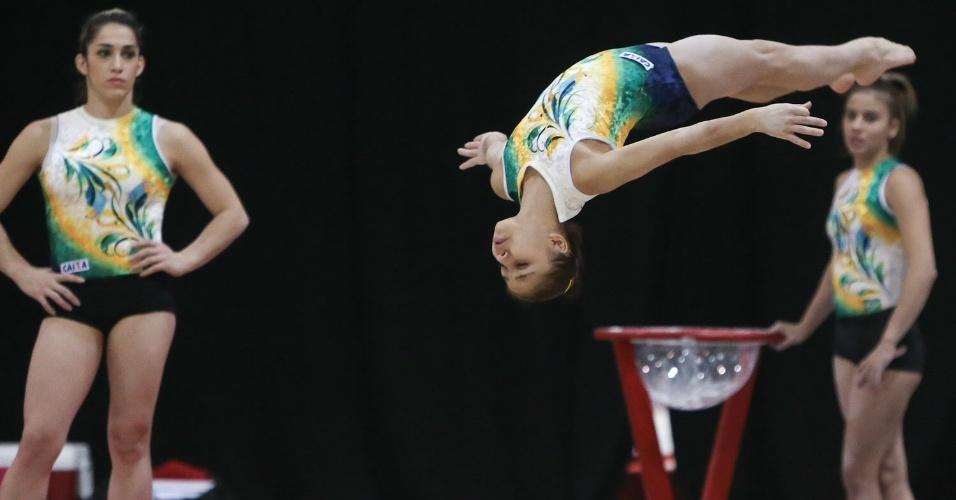 18.out.2015 - Flavia Saraiva participa de treino da seleção brasileira durante o Mundial de ginástica artística em Glasgow