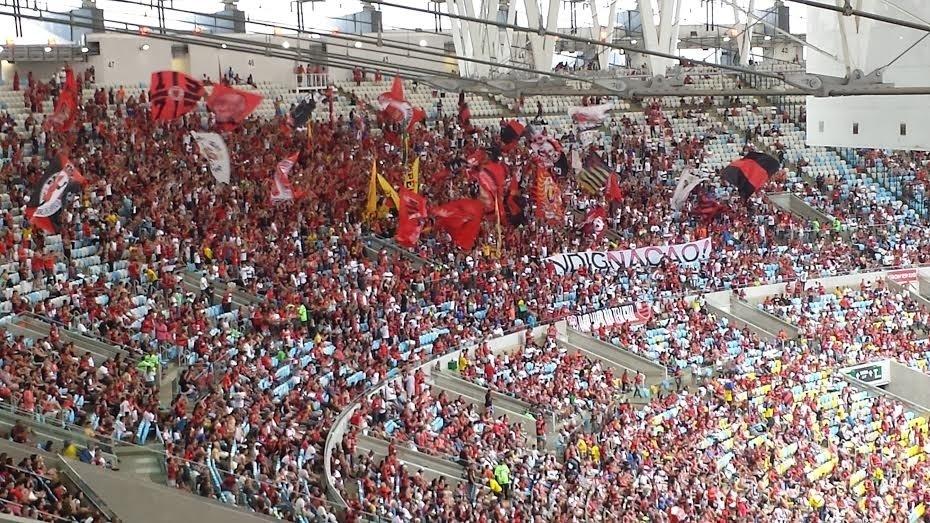 Torcida do Flamengo protesta durante vitória sobre o Goiás no Maracanã