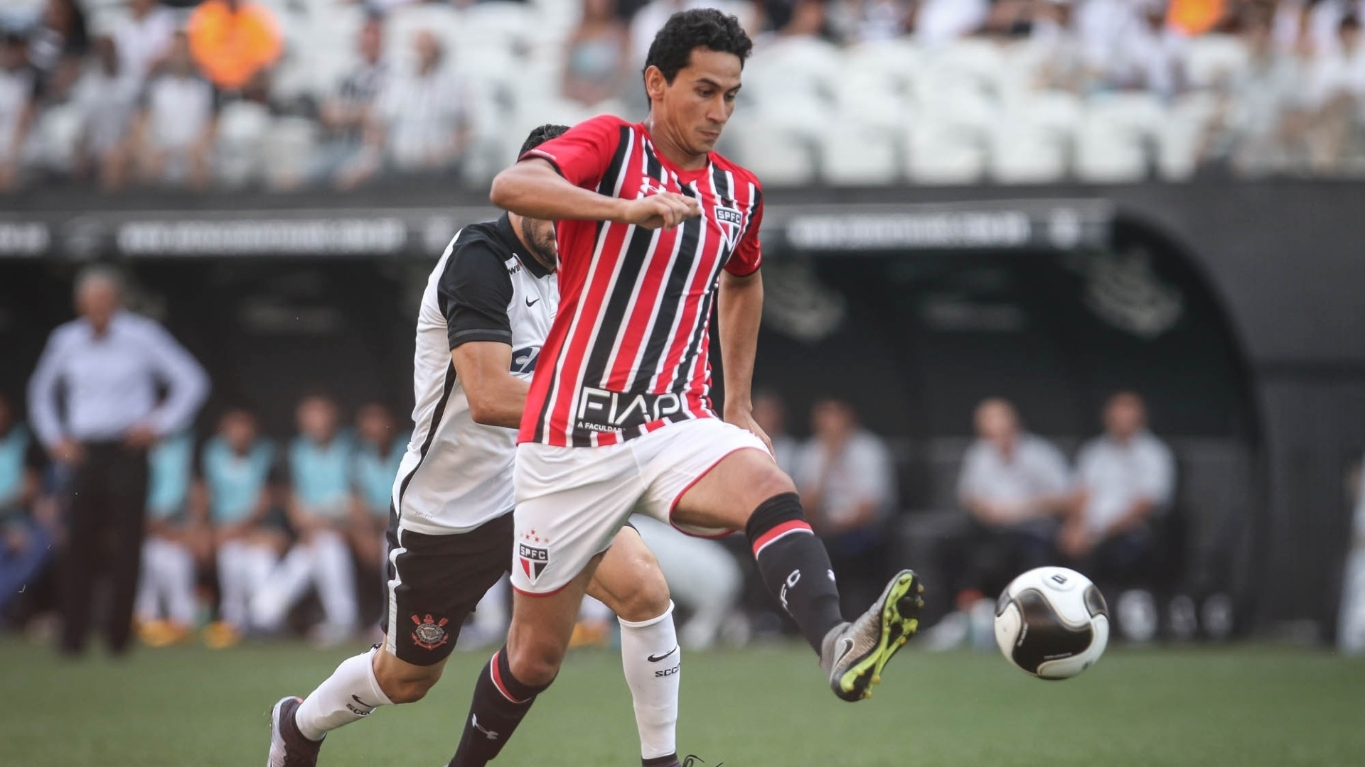Paulo Henrique Ganso, do São Paulo, carrega a bola pressionado pela marcação corintiana