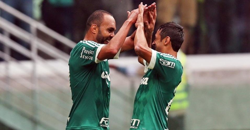 Após marcar segundo gol do Palmeiras, Robinho (dir.) comemora com Alecsandro, em partida contra o Corinthians neste domingo (6), pela Série A do Campeonato Brasileiro