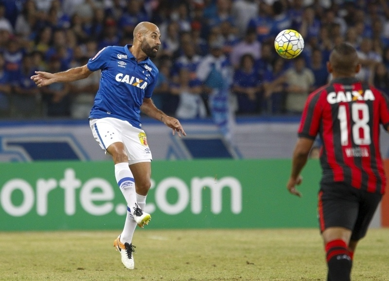 Bruno Rodrigo cabeceia bola em jogo entre Cruzeiro e Atlético-PR no Mineirão