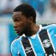 Negueba 'aprende' a defender com Giuliano e ganha elogios no Grêmio