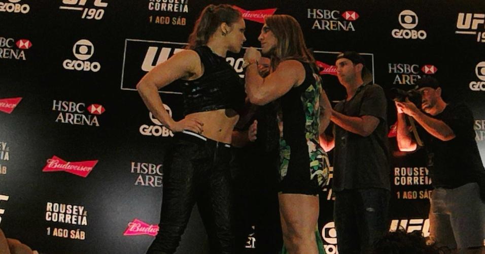 Ronda Rousey e Bethe Correia fazem encarada tensa, na véspera do UFC 190, nesta quinta-feira (30)