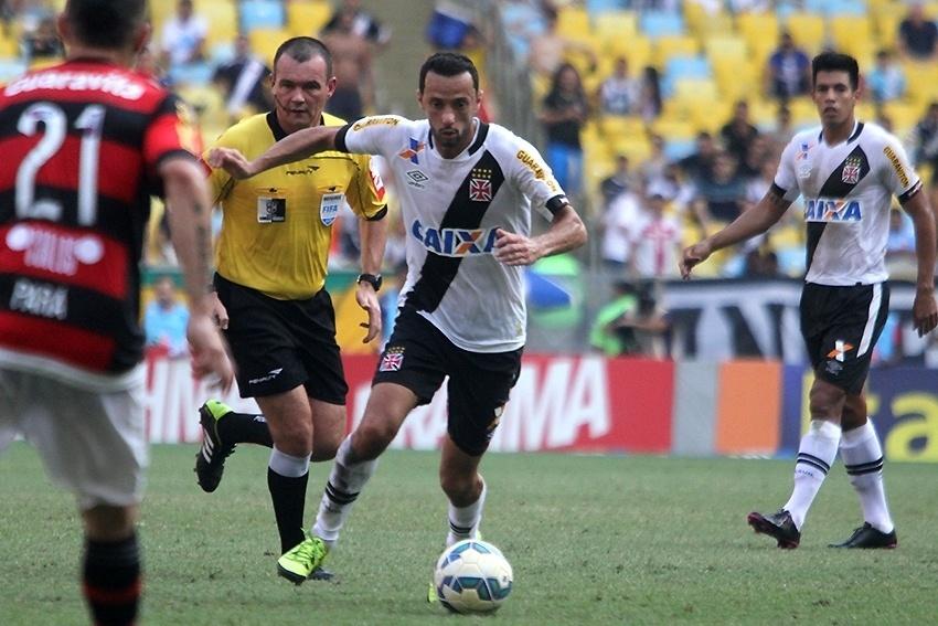 Flamengo e Vasco se enfrentam no Maracanã. Nenê tenta chegar ao ataque