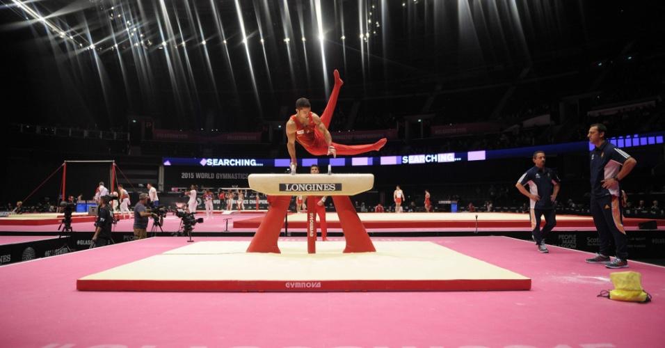Ruben Lopez, ginasta espanhol, se apresenta no cavalo com alças em eliminatória do Mundial de ginástica artística