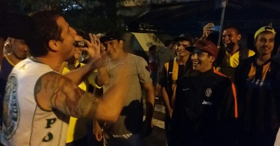 Torcedores de Palmeiras e Rosario Central juntos na entrada do Allianz Parque