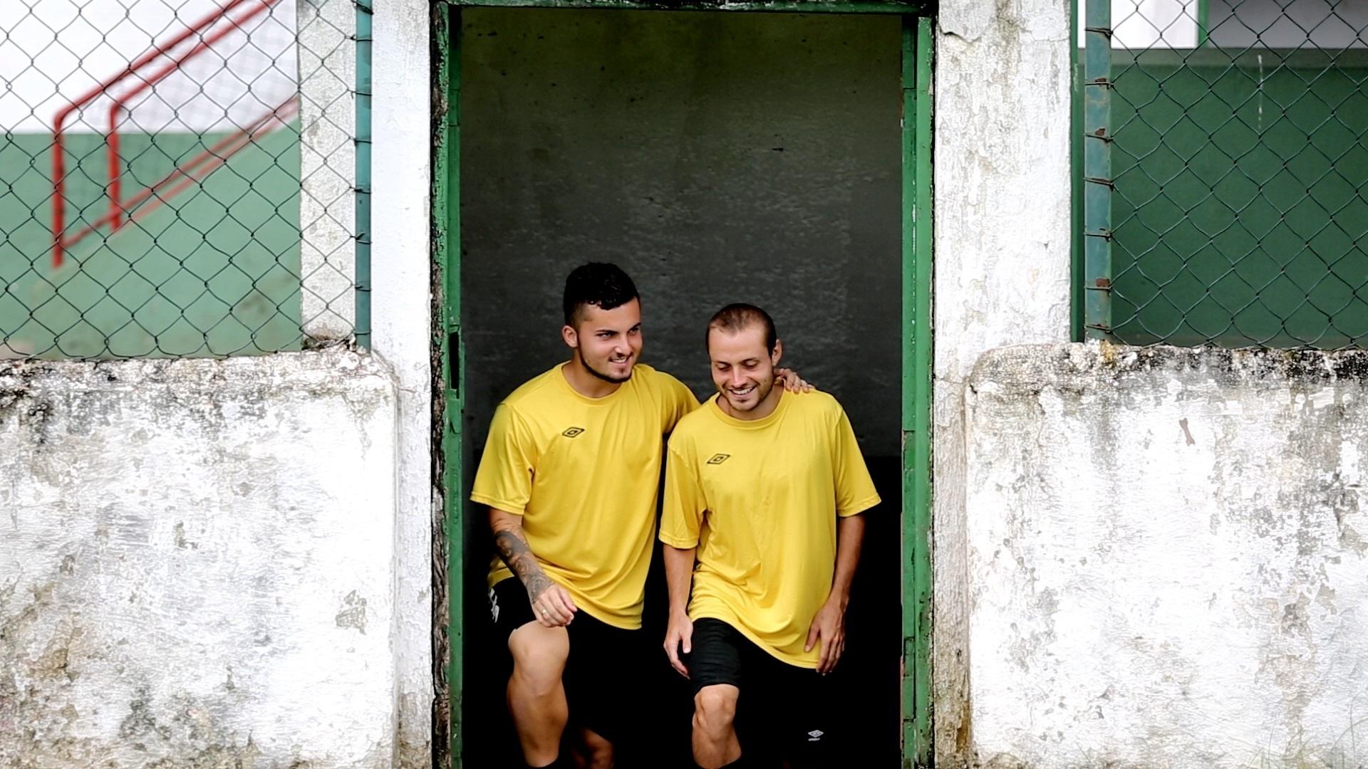 Jean Chera conversa com companheiro antes de treino da Portuguesa Santista