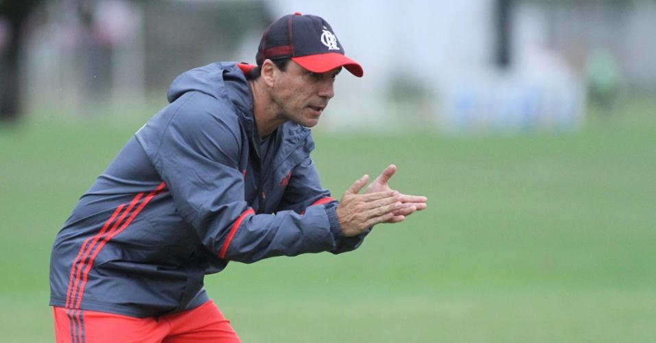 Zé Ricardo incentiva os jogadores do Flamengo em treino no CT Ninho do Urubu