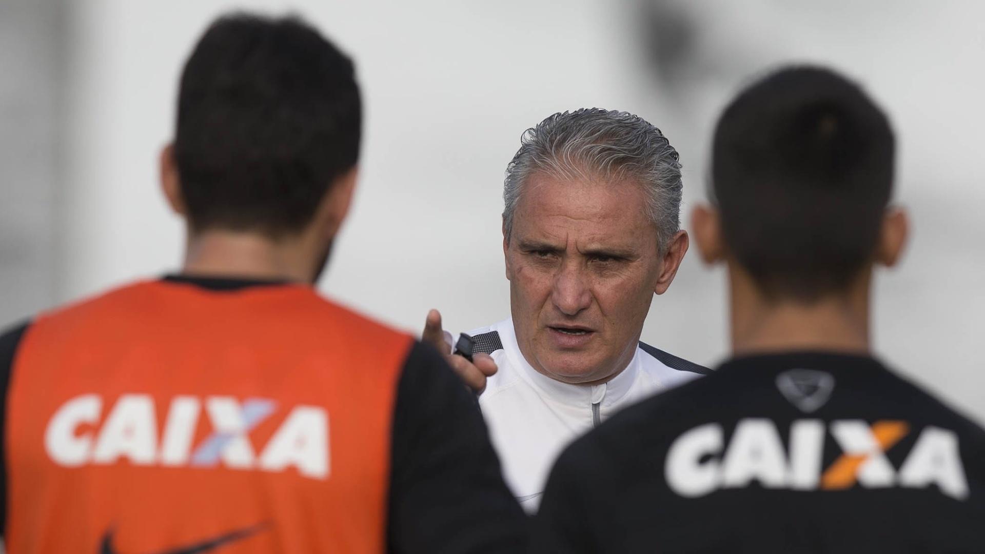 Tite orienta jogadores durante treino do Corinthians