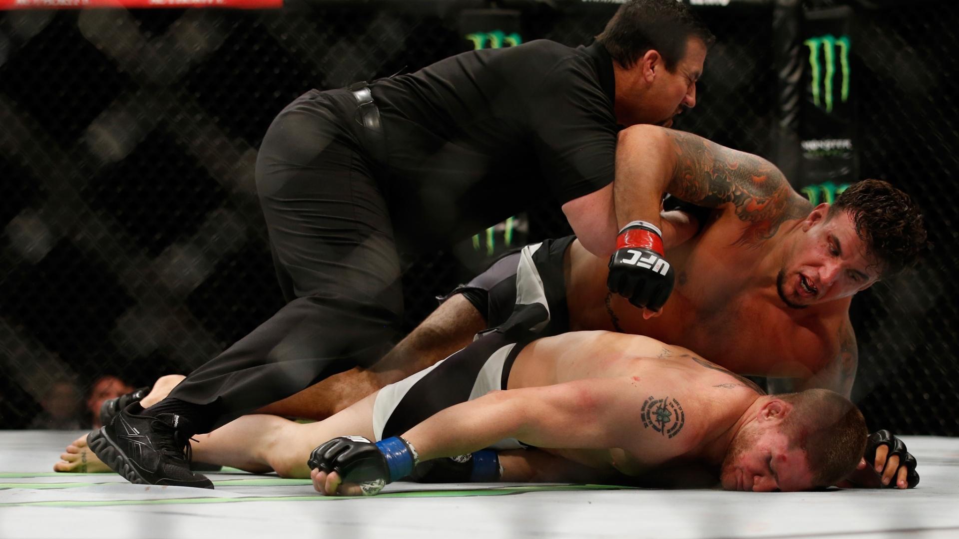 16.jul.2015 - Frank Mir castiga Todd Duffe e nocauteia peso pesado em 1min13s no UFC realizado em San Diego