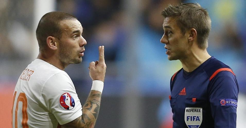 Wesley Sneijder, meio-campista da Holanda, reclama com o árbitro no confronto com o Cazaquistão, que manteve viva a esperança dos holandeses de irem à Euro 2016