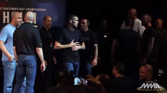 Nate Diaz fica massageando a mão após soco de Conor McGregor