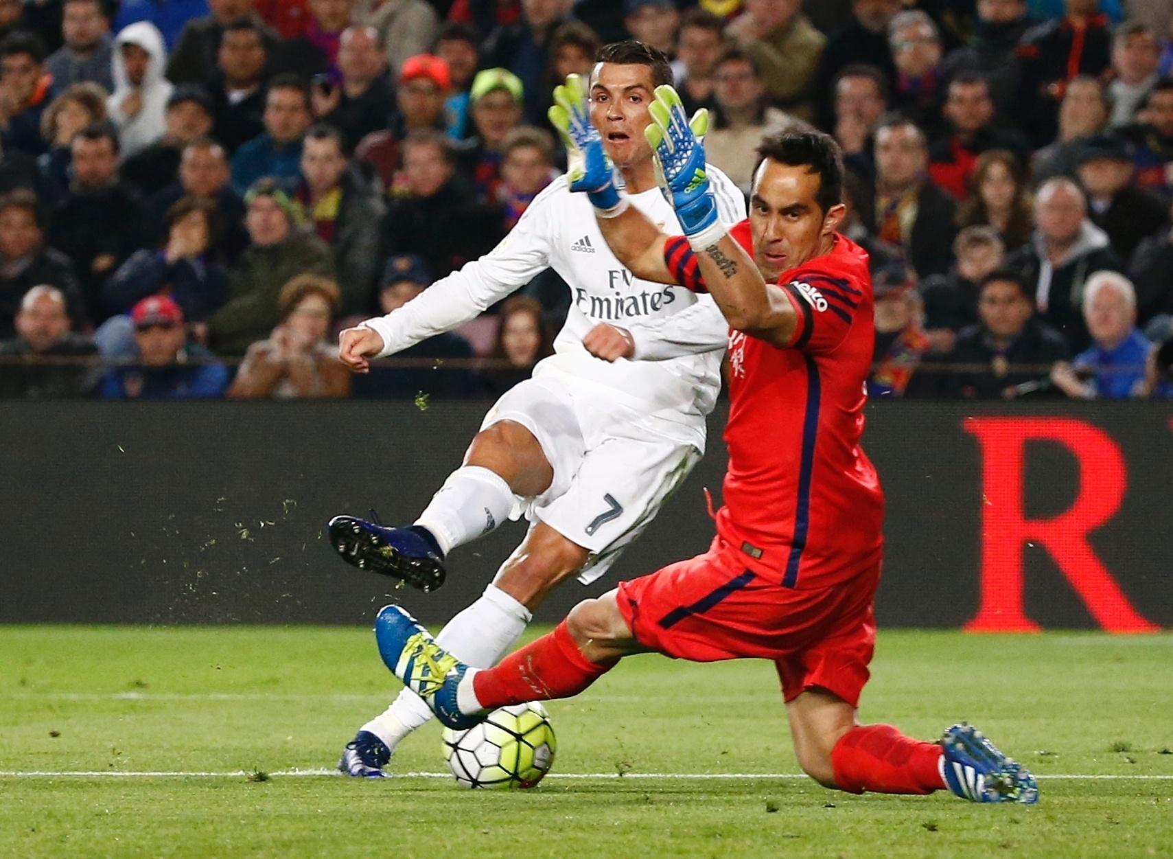 Detalhe do momento em que Cristiano Ronaldo chuta e supera o goleiro Claudio Bravo para dar a vitória ao Real Madrid no clássico espanhol