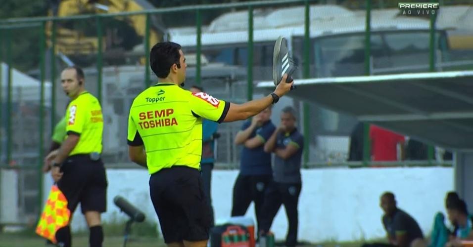Árbitro retira tênis atirado no gramado durante a partida entre Botafogo e Flamengo