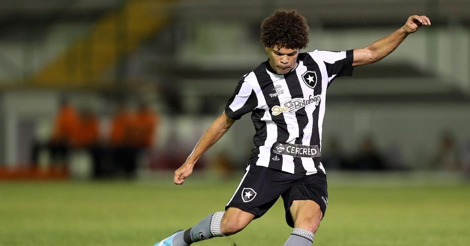 Meia Camilo tenta o chute em partida do Botafogo