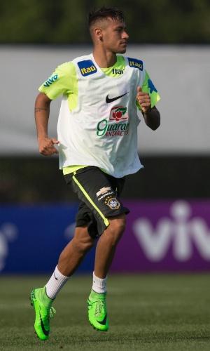 Neymar corre no gramado durante o treino da seleção brasileira