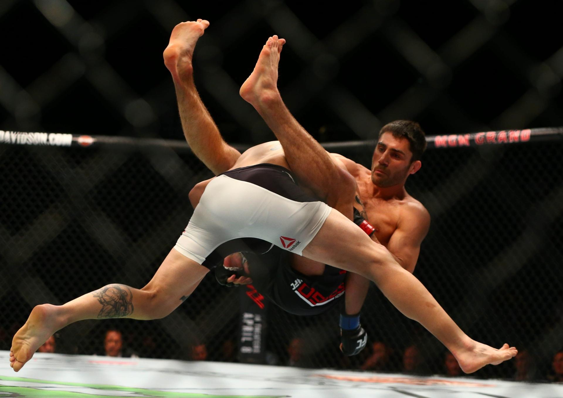 Jason Saggo puxa Justin Salas para guarda, durante luta pelo card preliminar do UFC 196