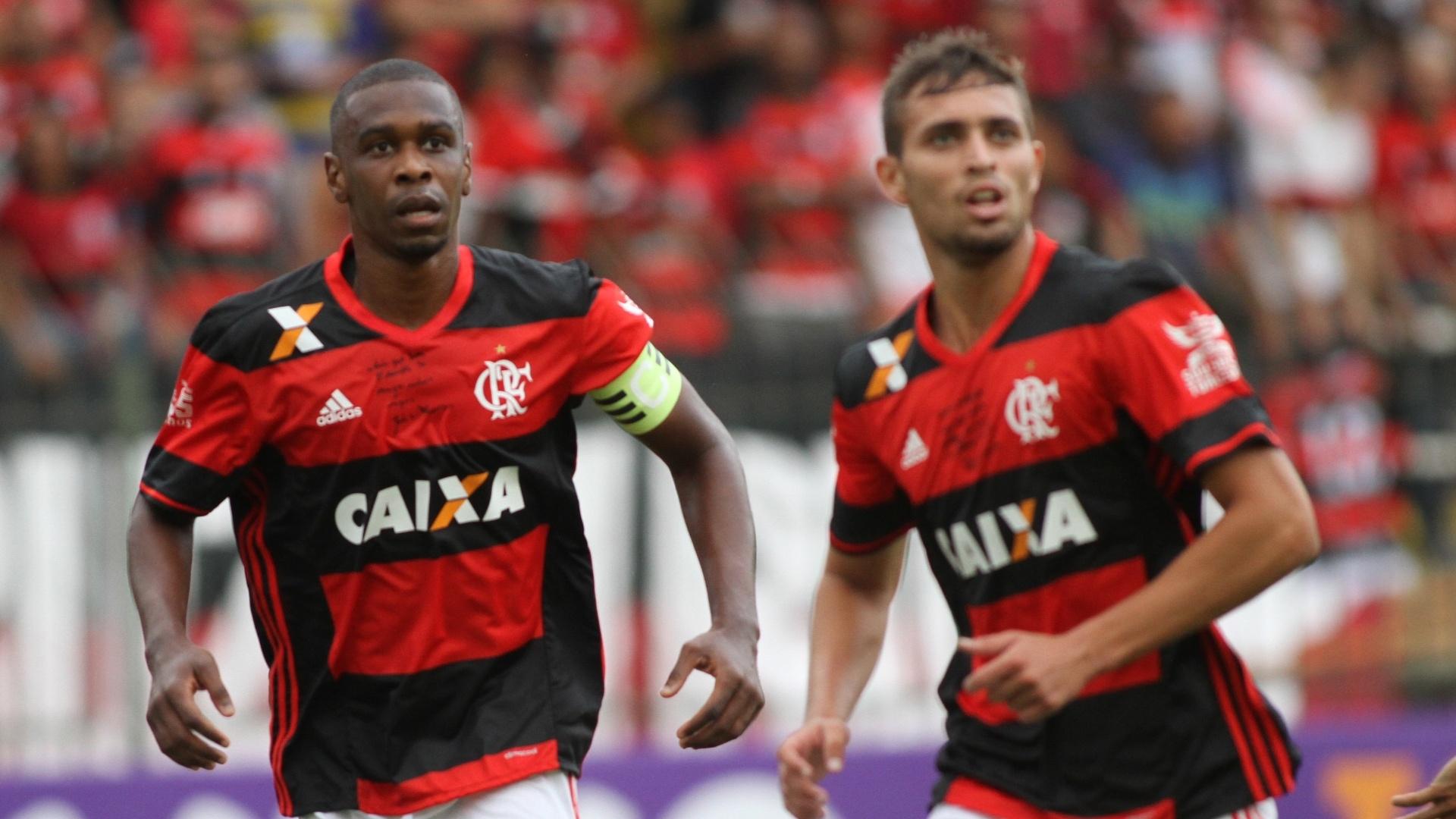 Juan e Léo Duarte (d) formam a dupla de zaga na estreia do Flamengo no Brasileirão