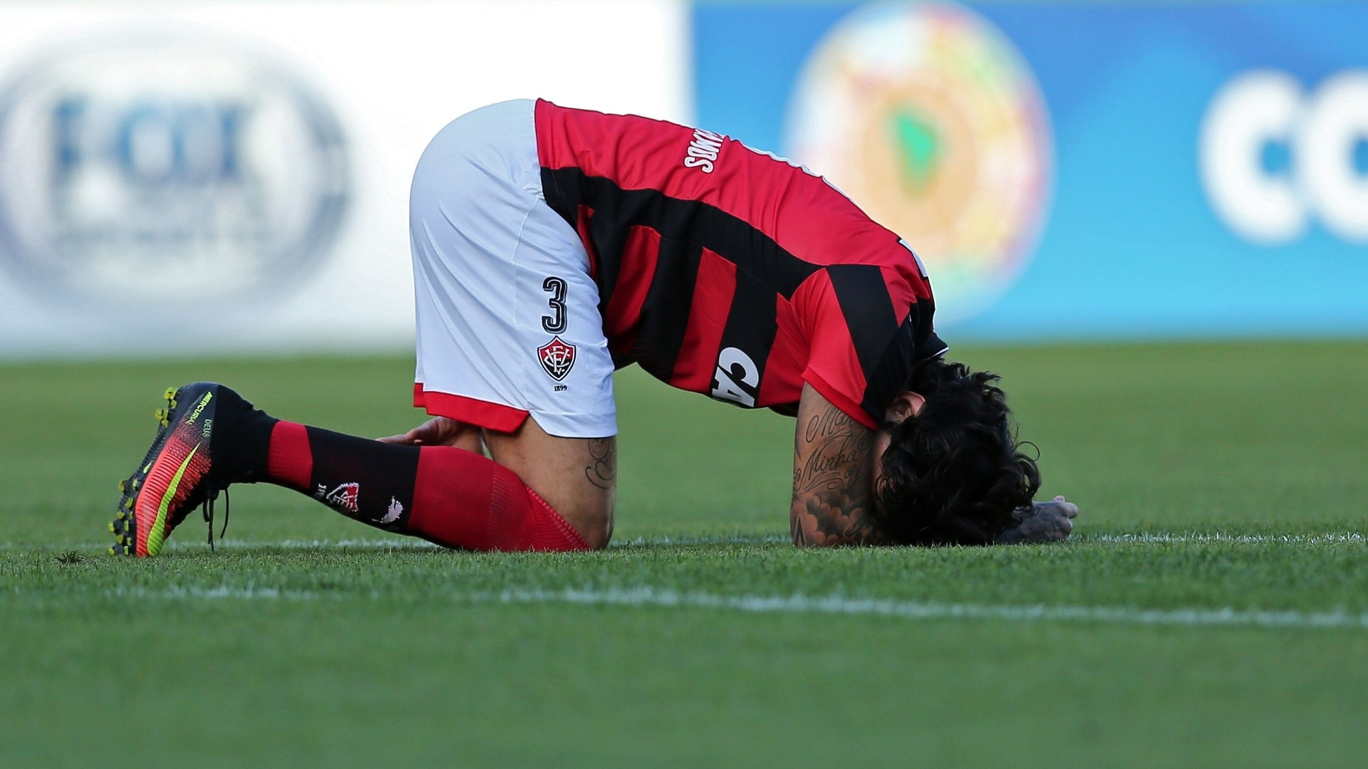 Victor Ramos fica no chão durante partida do Vitória