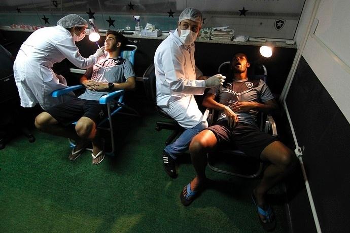 Jogadores do do Botafogo fazem exames odontológicos em cadeiras de praia