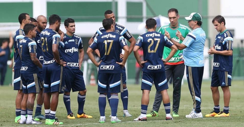 Jogadores do Palmeiras escutam as orientações do técnico Marcelo Oliveira