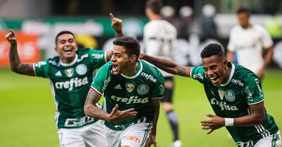 Cleiton Xavier comemora com Dudu e Tchê Tchê após marcar gol para o Palmeiras contra o Corinthians pelo Campeonato Brasileiro