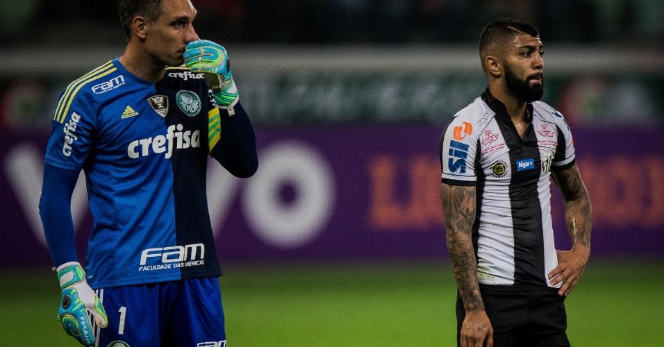 Fernando Prass observa em duelo do Palmeiras contra o Santos, de Gabigol