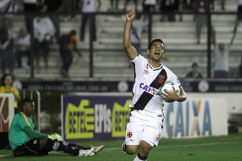 Ederson comemora o primeiro gol do Vasco contra o Bragantino