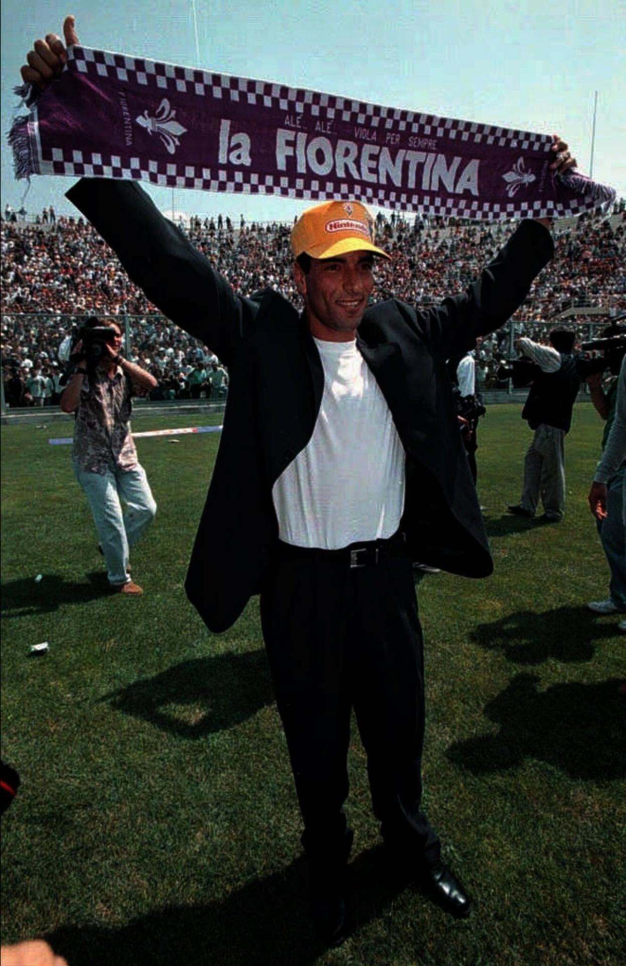 Edmundo ergue faixa da Fiorentina, da Itália