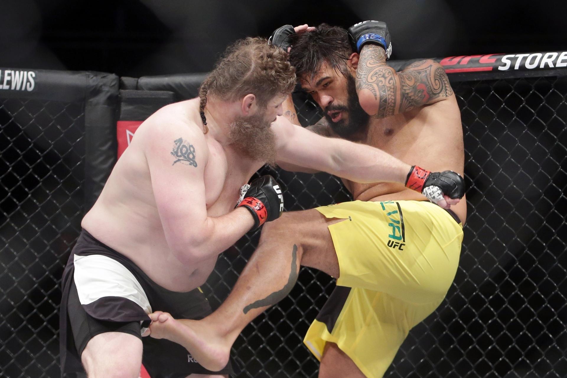 Roy Nelson tenta acertar golpe em Antonio Pezão pelo UFC de Brasília
