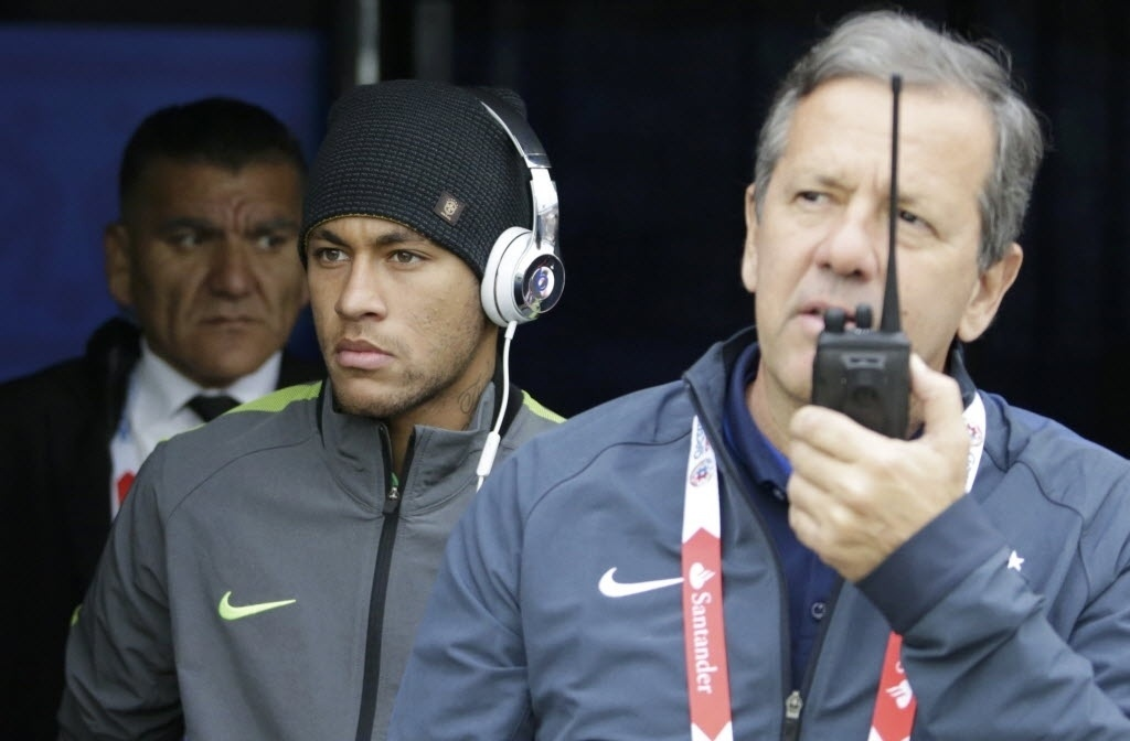 Mesmo suspenso, Neymar acompanha in loco o jogo entre Brasil e Venezuela pela Copa América