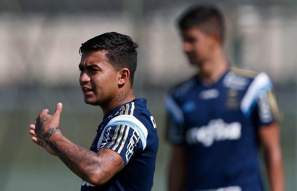 Dudu participa de coletivo durante treino do Palmeiras em Atibaia