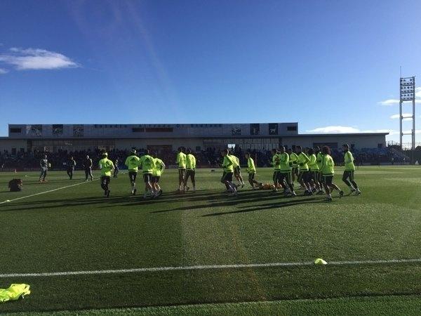 Jogadores do Real Madrid correm em campo antes de primeiro treino sob comando de Zinedine Zidane