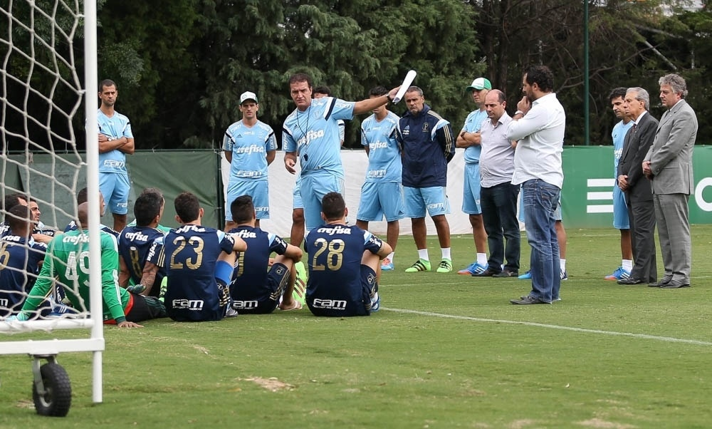 Cuca falou por 12 minutos com os jogadores do Palmeiras na Academia de Futebol