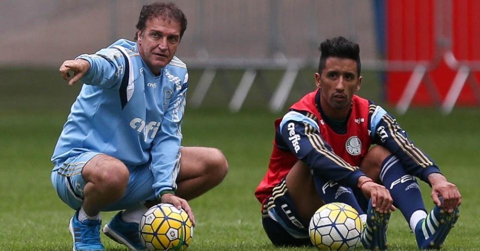 Cuca conversa com Barrios durante treino do Palmeiras no Allianz Parque