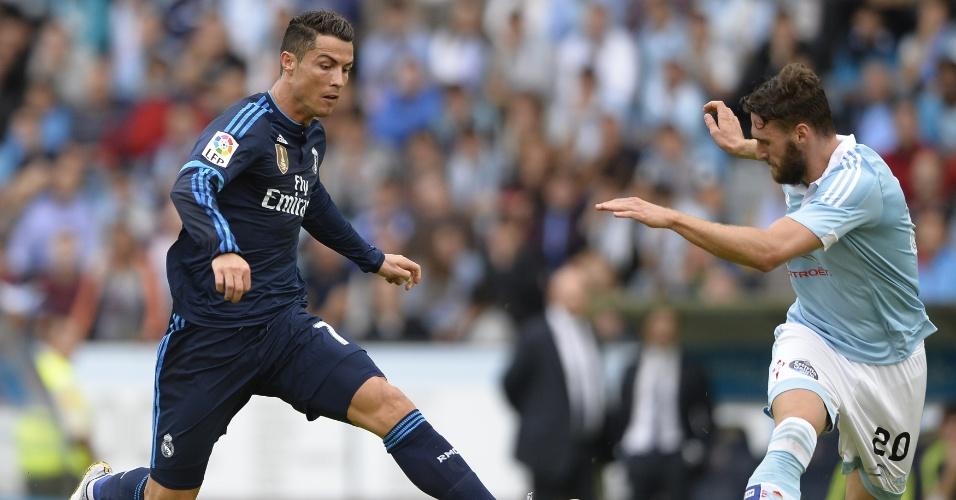 Cristiano tira os dois pés do chão para pedalar para cima de adversário