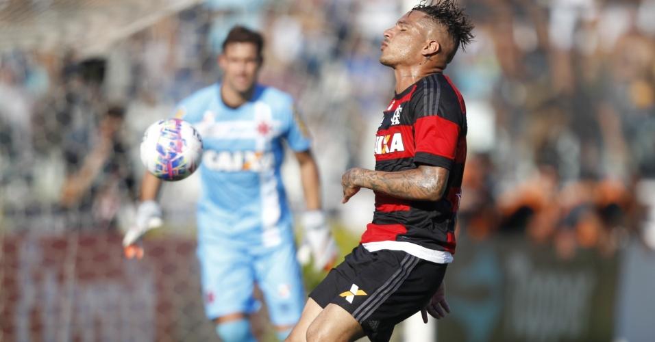 Paolo Guerrero não esconde a frustração em mais um desempenho ruim frente ao rival Vasco